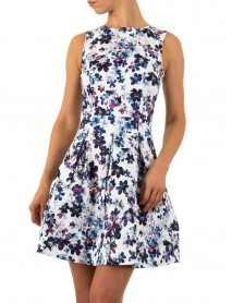 Дамска рокля в бяло с флорални мотиви