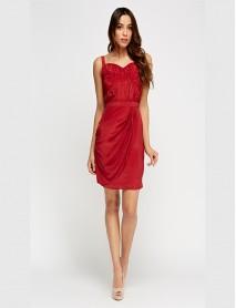 Дамска рокля в червено с лек набор в предната част